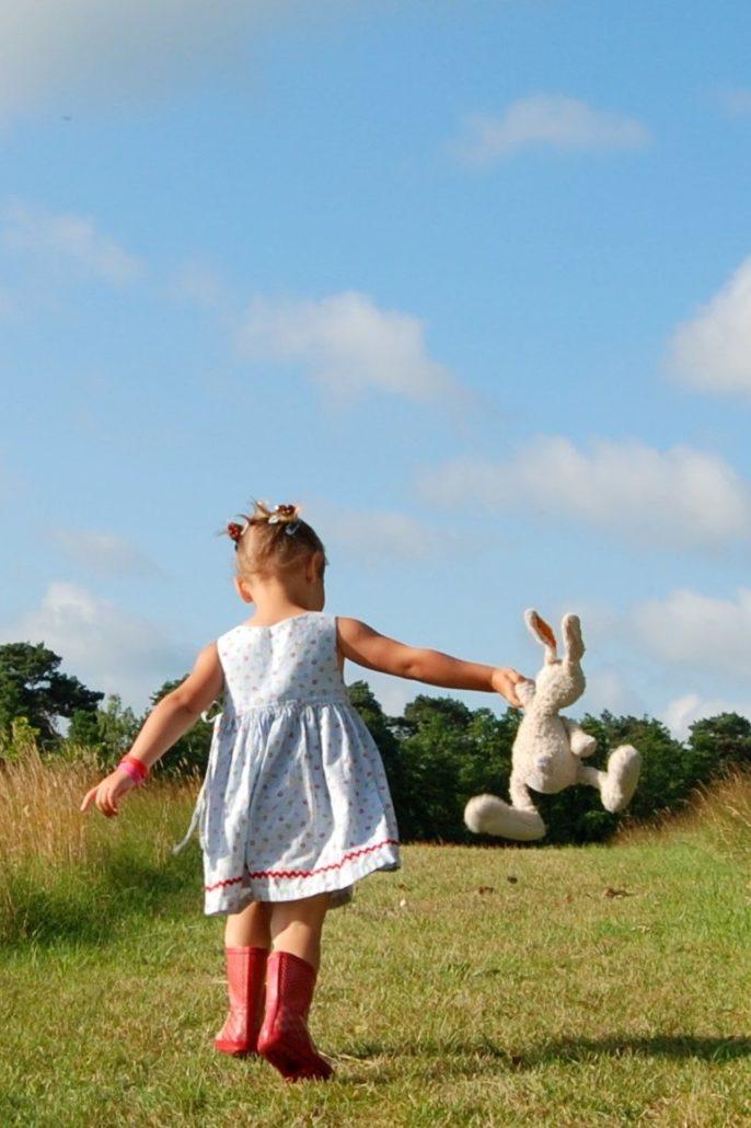 Kind samen met haar knuffelkonijn op pad
