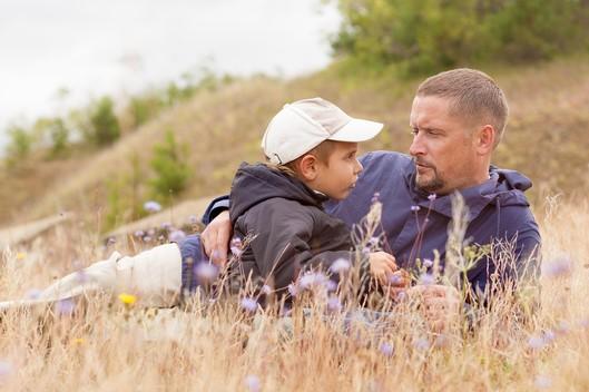 Vader en zoon die naar elkaar luisteren